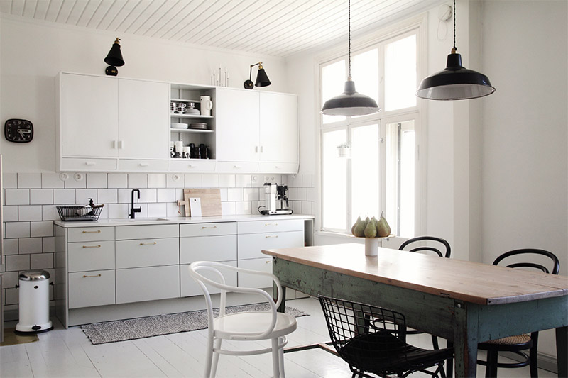 white-kitchen-black-brass-details-1