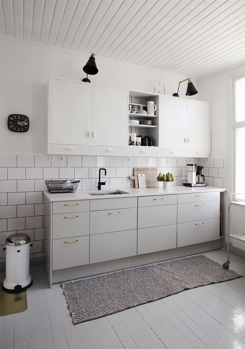 white-kitchen-black-brass-details-3