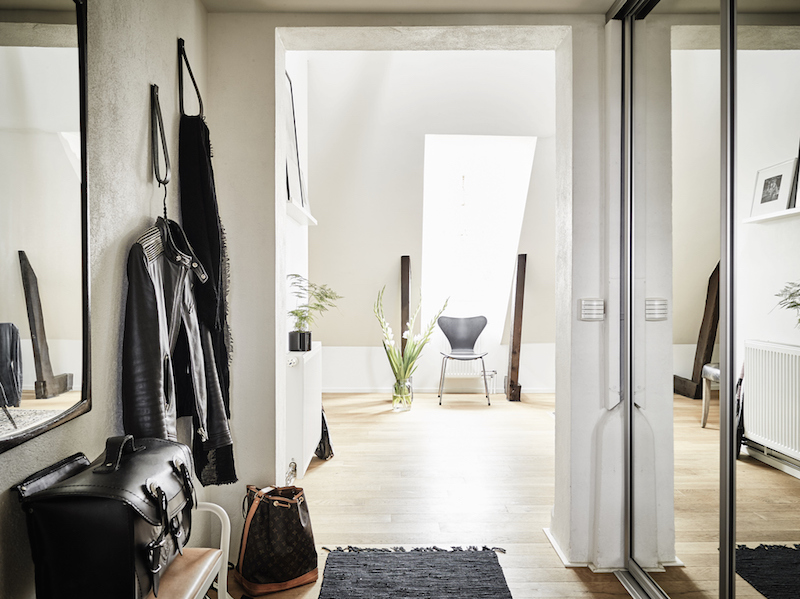 compact-hallway-in-penthouse