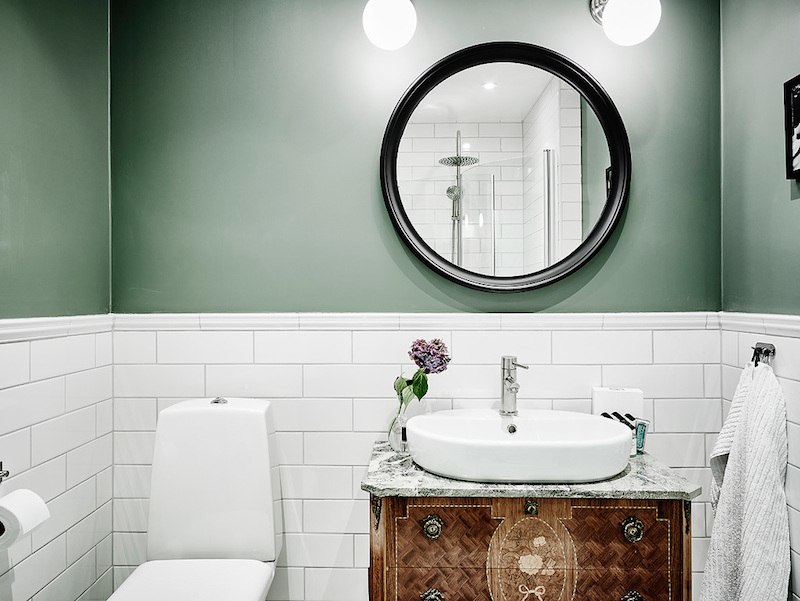 green-wall-in-bathroom