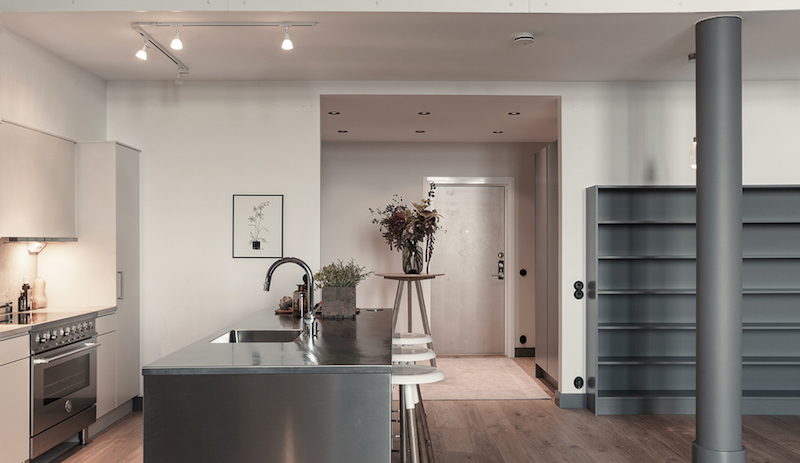 industrial-and-high-ceiling-apartment-kitchen-space