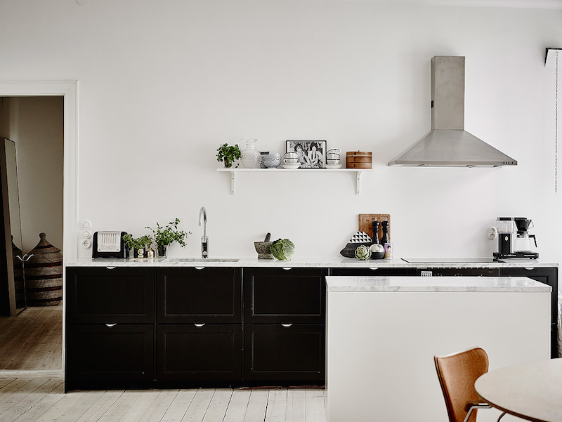 scandianavian-living-room-and-kitchen-black-cabinets