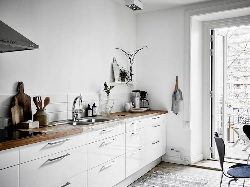 wood-elements-with-black-and-white-kitchentable