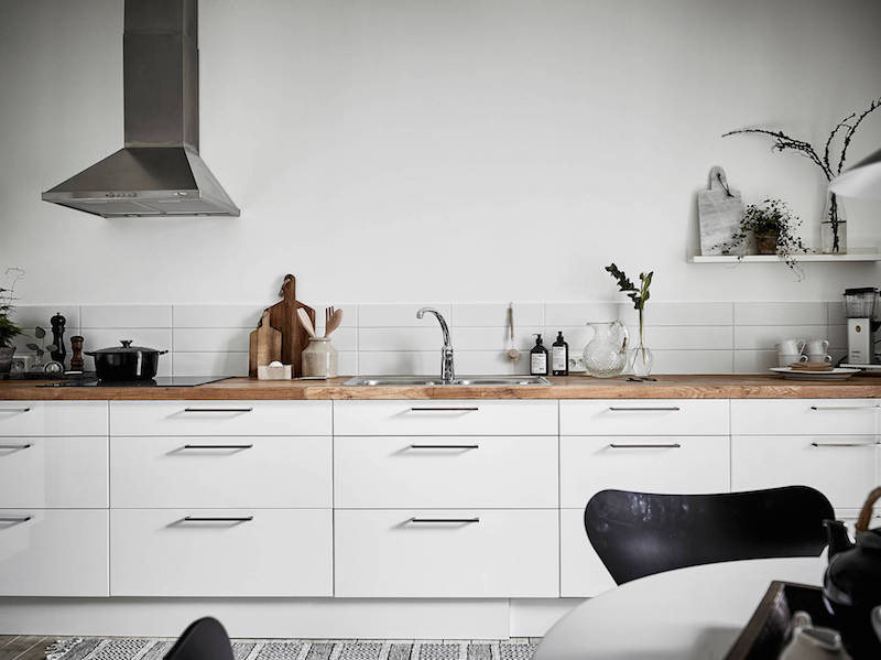 wood-elements-with-black-and-white-kitchentop