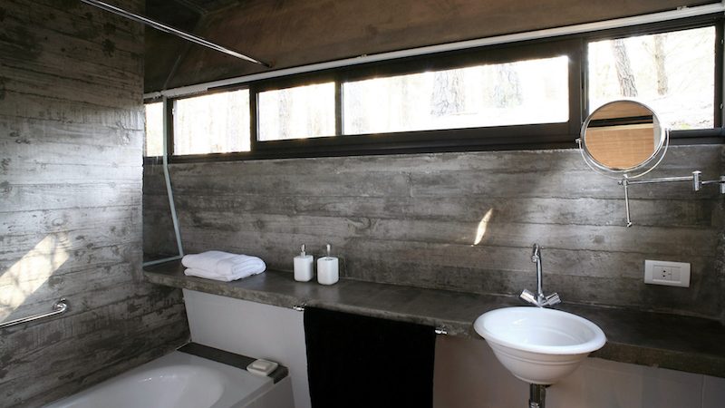 bathroom-concrete-house-besonias-almeida-architects