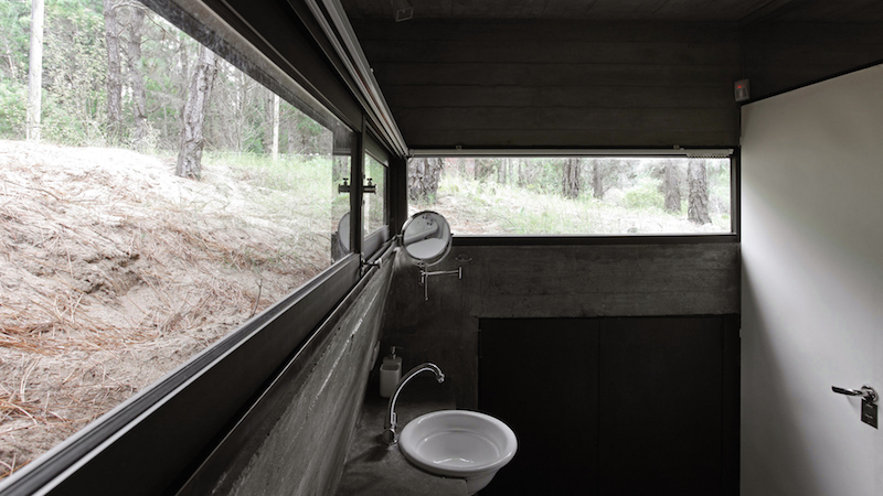 bathroom-natural-light-concrete-house-besonias-almeida-architects