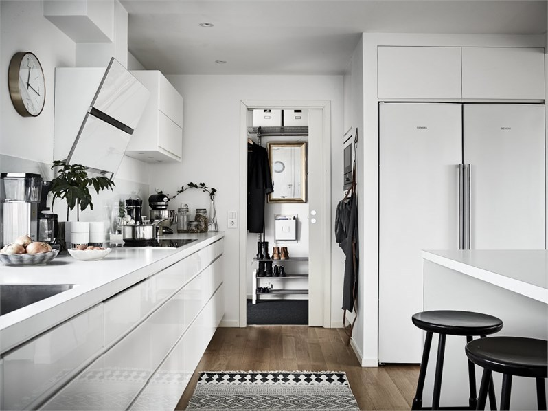 kitchen-decorate-with-black-and-white