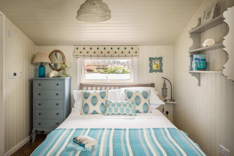 bedroom-decor-daydreamer-cornwall-uniquehomestays