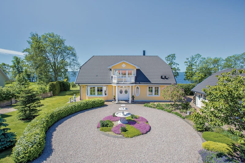 exclusive-scandinavian-villa-front-yard