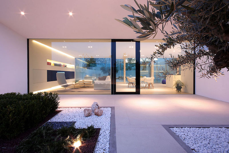 glass-walls-ultra-modern-pool-villa-jesolo-lido