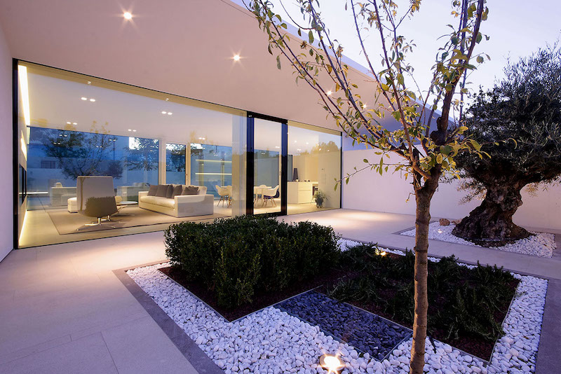 indoor-outdoor-adaption-ultra-modern-pool-villa-jesolo-lido