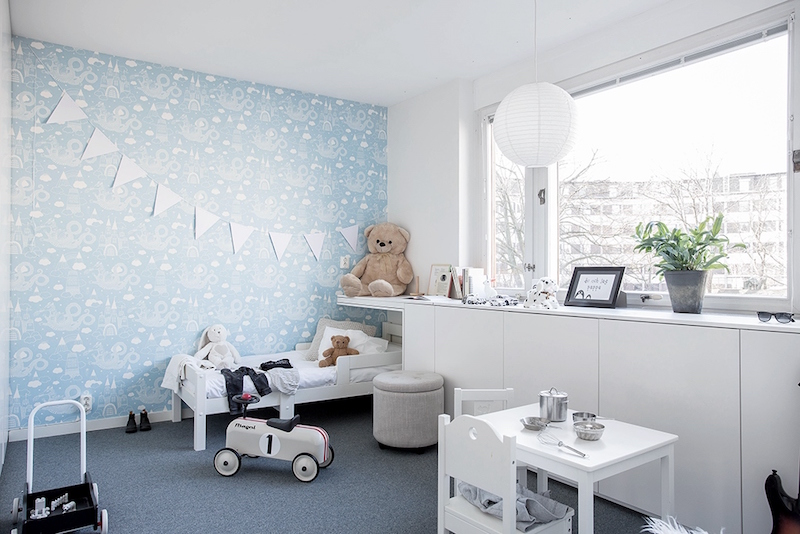 kids-room-with-lightblue-wallpaper