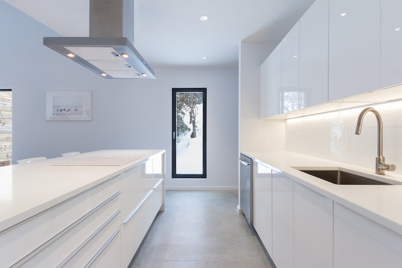 luxury-cottage-villa-boreale-kitchen-glossy-white