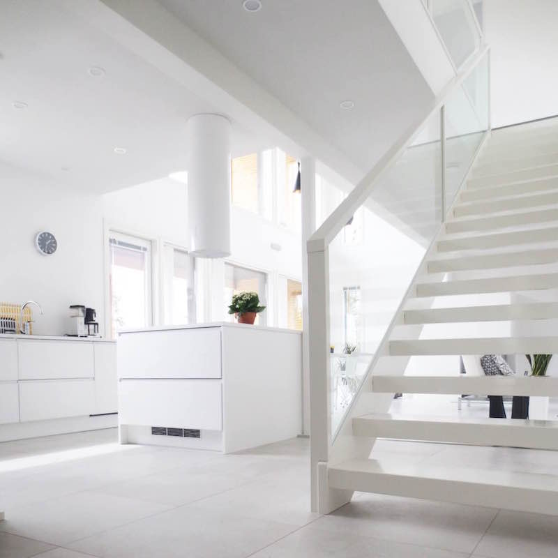 scandinavian-white-home-stairs
