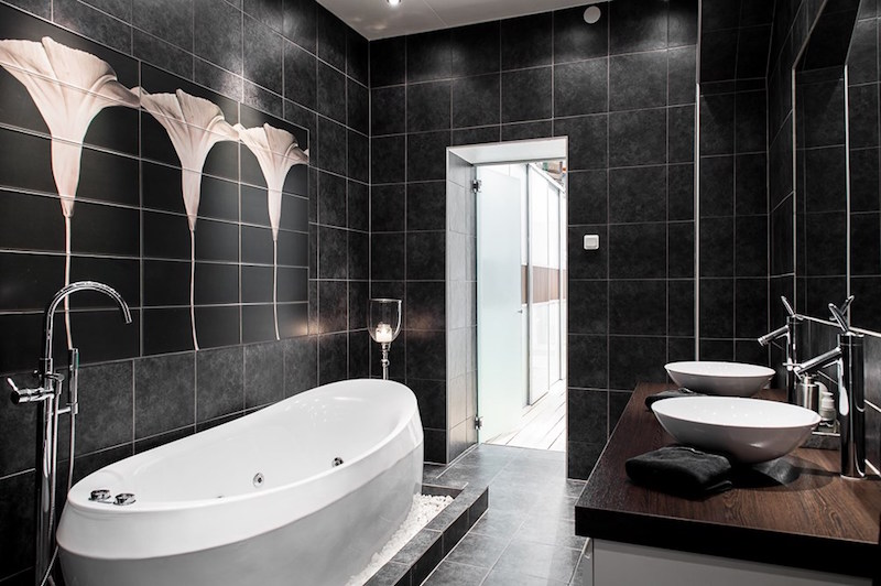 interiors-modern-antique-black-bathroom