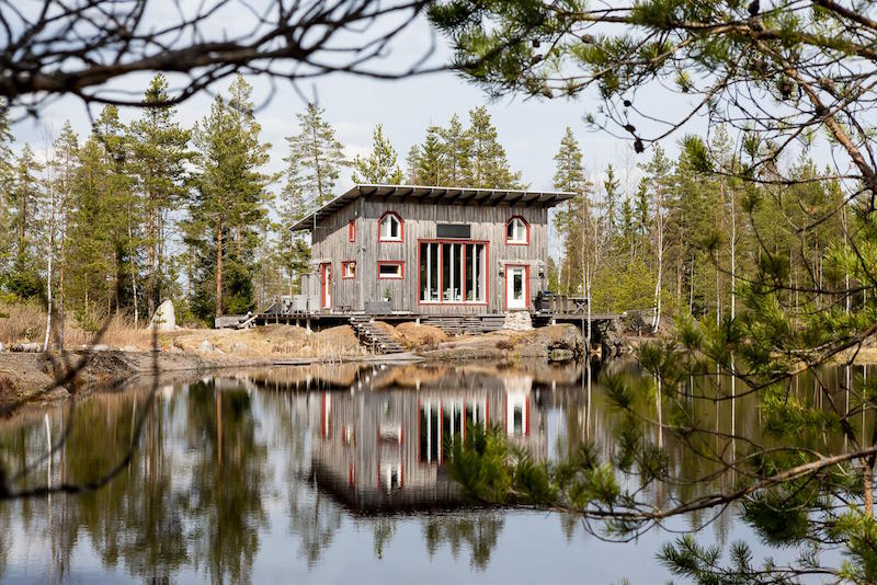 scandinavian-small-dream-house-pond
