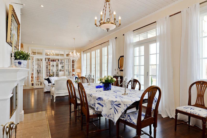 sea-house-white-dining-room