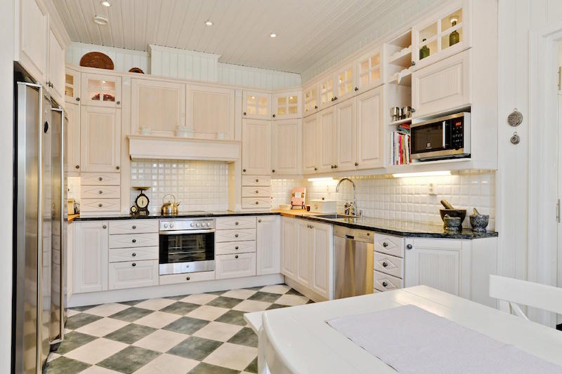 sea-house-white-kitchen
