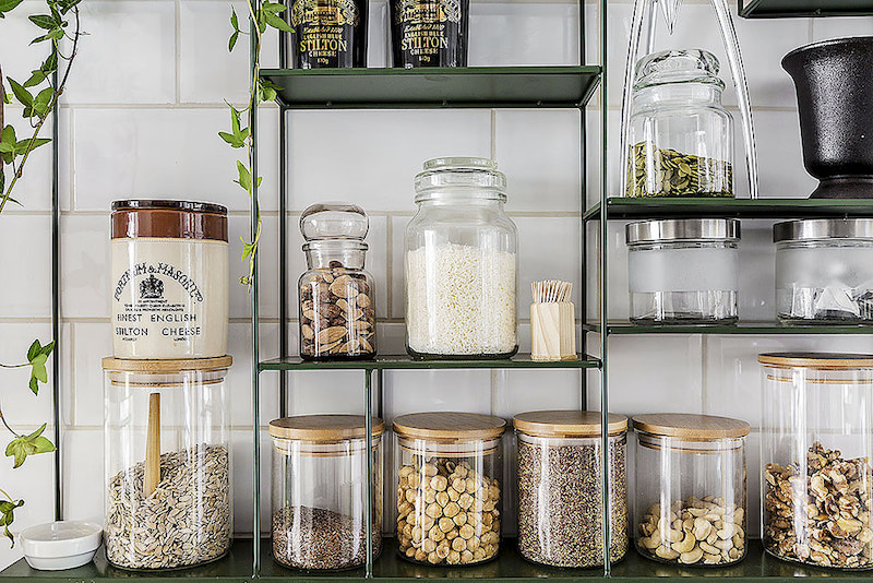 small-apartment-kitchen-glass-jars