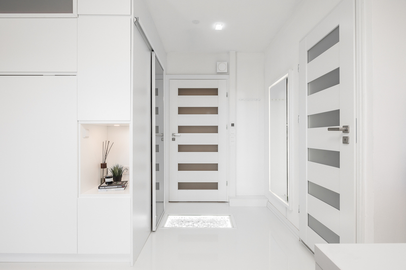 white-interior-small-apartment-hallway