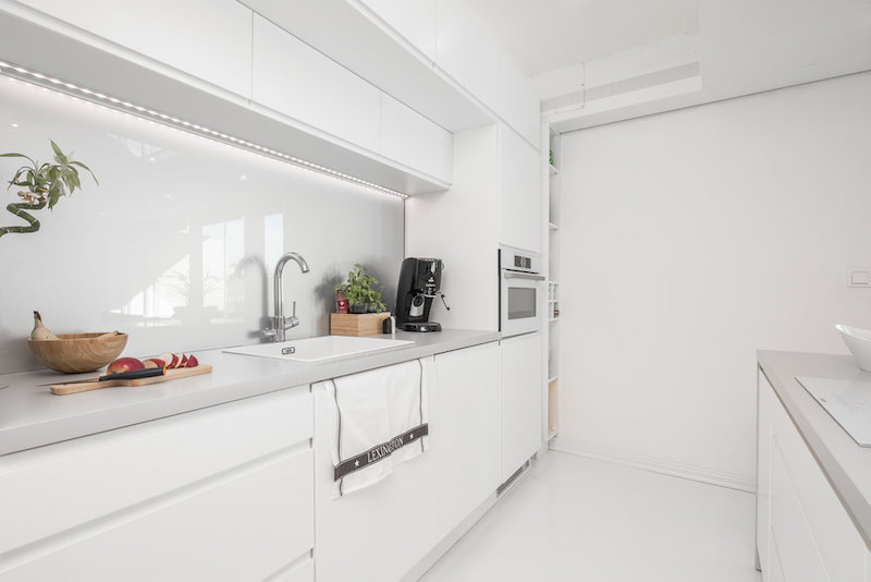 white-interior-small-apartment-kitchen-cabinets