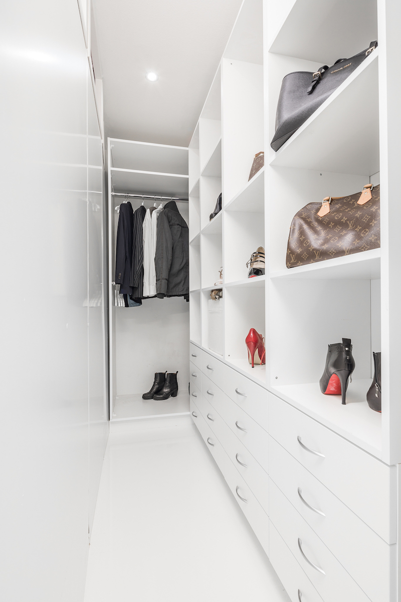 white-interior-small-apartment-walkincloset