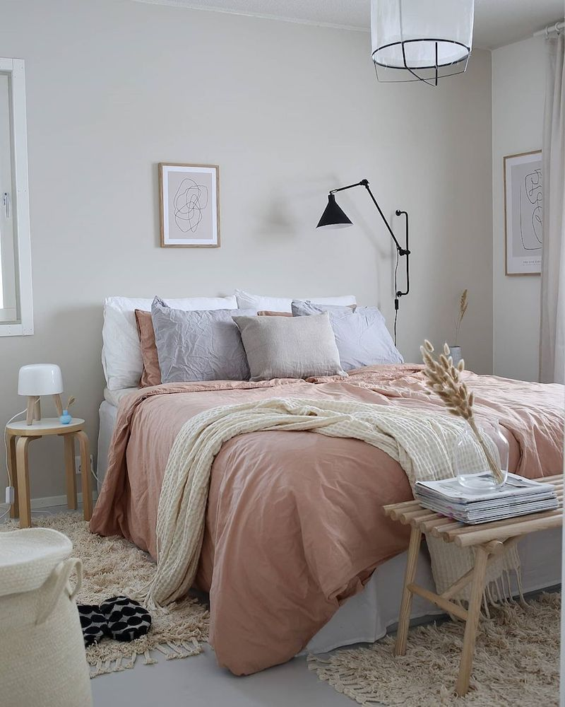 Relaxed earthy bedroom decor